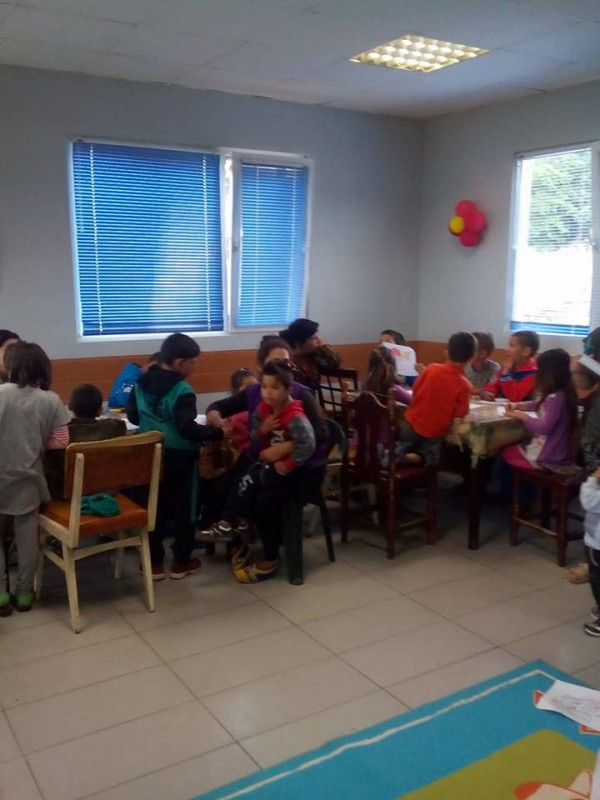 EARLY CHILDHOOD RESOURCE CENTRE OUTREACH CHILD-AND-PARENT PLAYGROUPS AND CLUB ACTIVITY IN ROMA NEIGHBOURHOODS